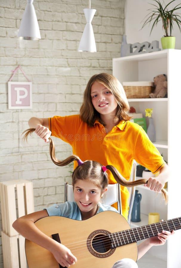 Muchacho y una muchacha que se divierte con música imágenes de archivo libres de regalías
