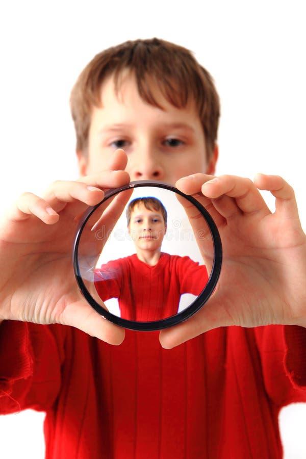 Muchacho y vidrio especial como retrato original foto de archivo