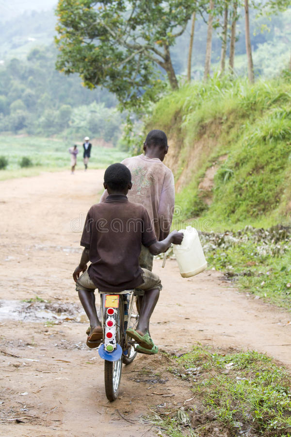 Muchachos africanos que cuidan el agua fotos de archivo libres de regalías