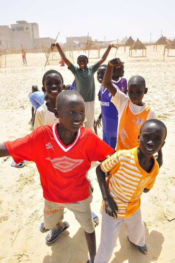 Muchachos africanos que juegan en la playa imagen de archivo libre de regalías