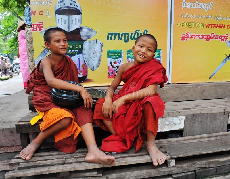 Muchachos birmanos del novato en Mandalay fotografía de archivo libre de regalías