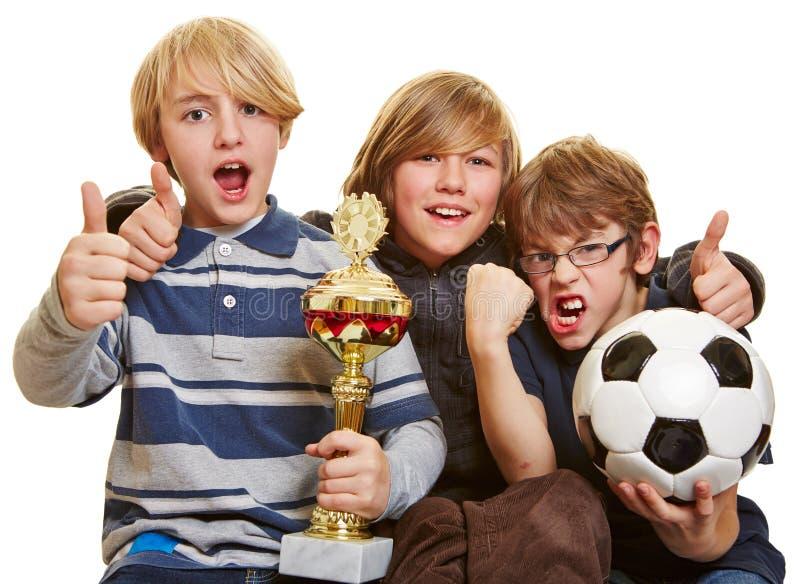Muchachos con el trofeo y el balón de fútbol imágenes de archivo libres de regalías