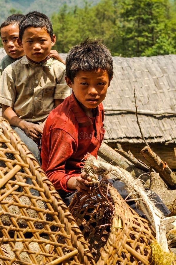 Muchachos con las cestas en Nepal imagen de archivo
