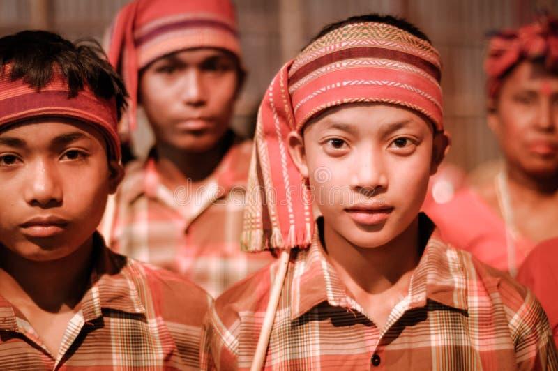 Muchachos con las vendas en Assam fotos de archivo