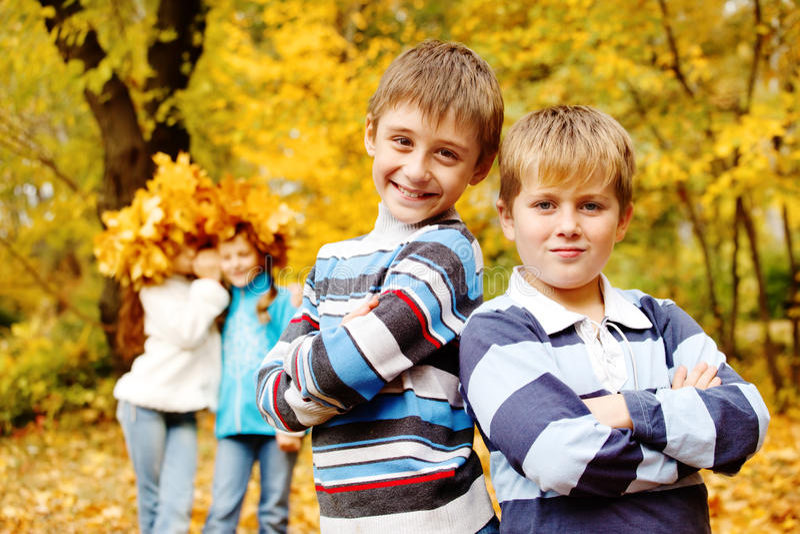 Muchachos con los brazos cruzados foto de archivo libre de regalías