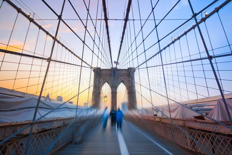 Muchachos de Brooklyn en el puente fotos de archivo
