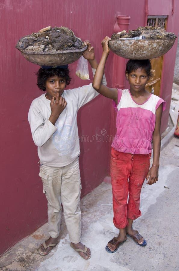 Muchachos de Dalit que recogen el combustible imágenes de archivo libres de regalías