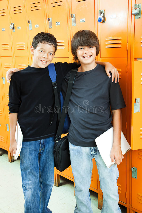Muchachos de escuela - mejores amigos fotos de archivo