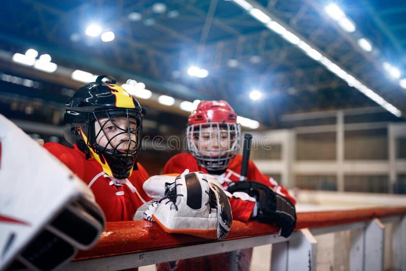 Muchachos de la juventud del hockey sobre hielo fotografía de archivo libre de regalías