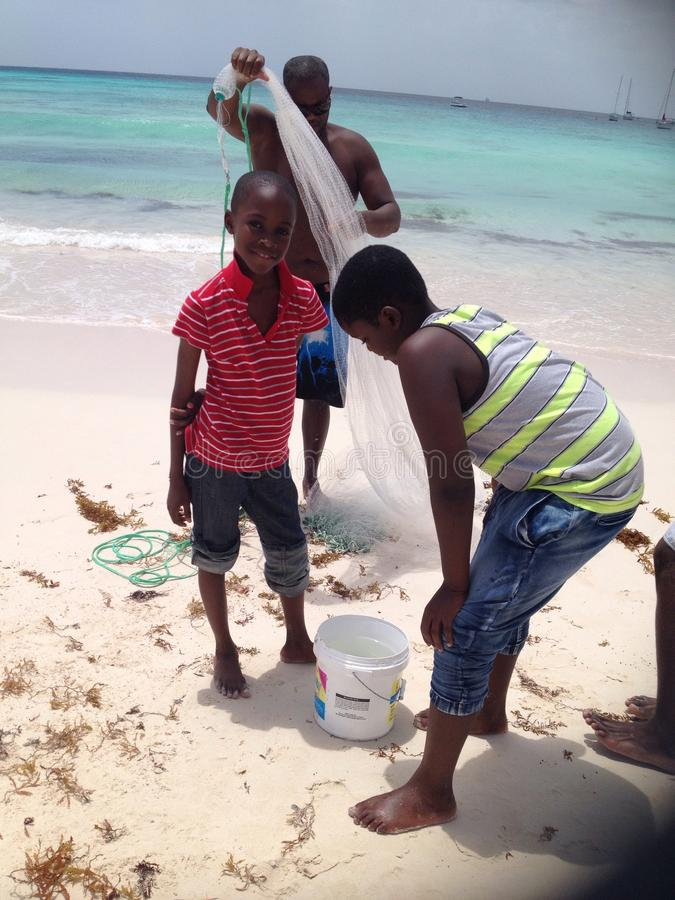 Muchachos de la pesca en Barbados foto de archivo