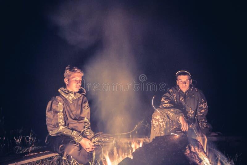 Download Muchachos De Los Adolescentes En El Campo Por El Fuego En La Noche Foto de archivo - Imagen de boyscout, niñez: 100534108