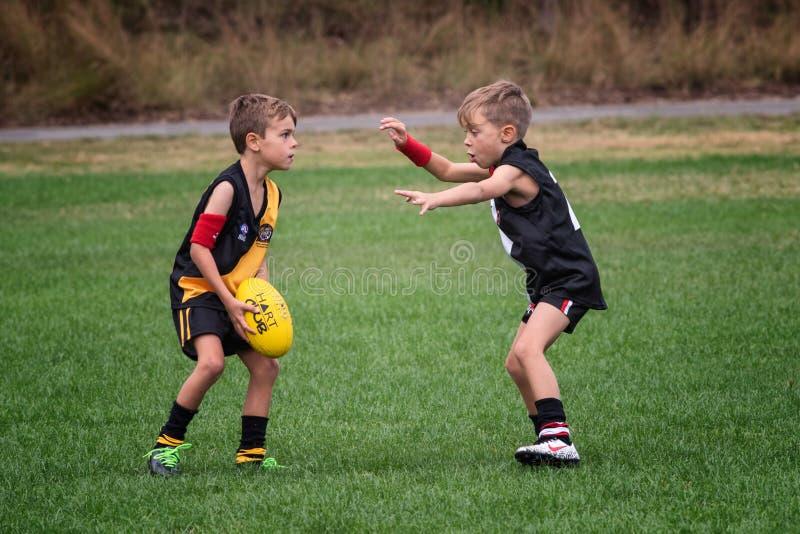 Muchachos debajo 7, partido de fútbol de AFL fotografía de archivo