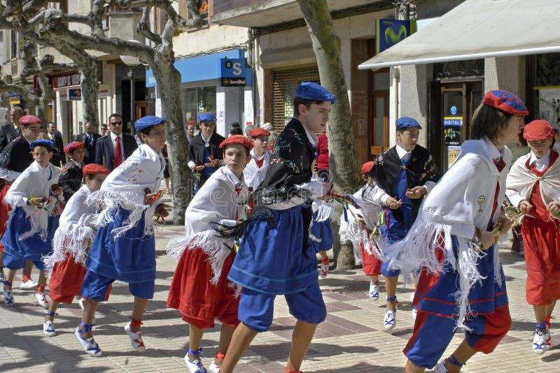 Muchachos del baile en la procesión en honor de St Domingo fotografía de archivo libre de regalías