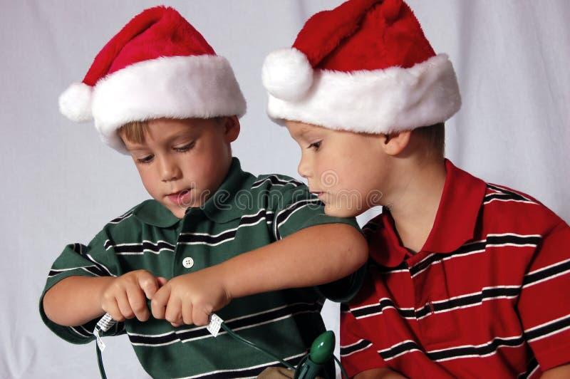 Muchachos del primer que juegan con las luces fotografía de archivo libre de regalías