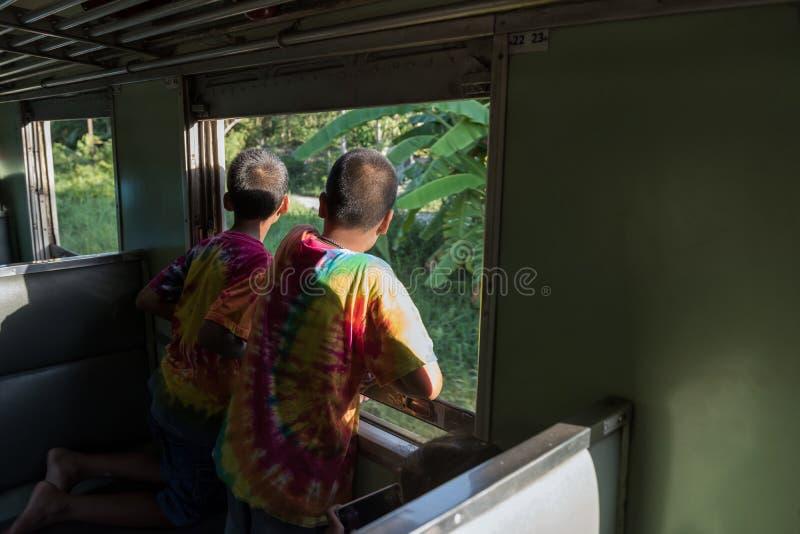 Muchachos emocionados en mirada del tren en la visión imagen de archivo libre de regalías