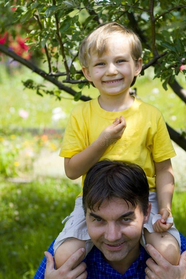 Muchachos en jardín fotos de archivo libres de regalías