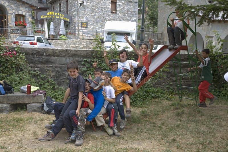 Muchachos en la diapositiva que juega cerca de Ainsa, Aragón, en las montañas de los Pirineos, provincia de Huesca, España foto de archivo libre de regalías