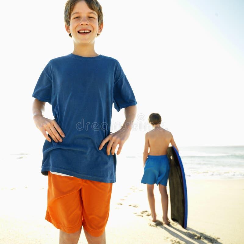 Muchachos en la playa. imagenes de archivo