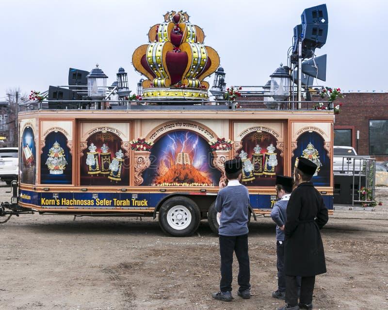 Muchachos jasídicos jovenes que admiran el vehículo usado en un desfile imágenes de archivo libres de regalías