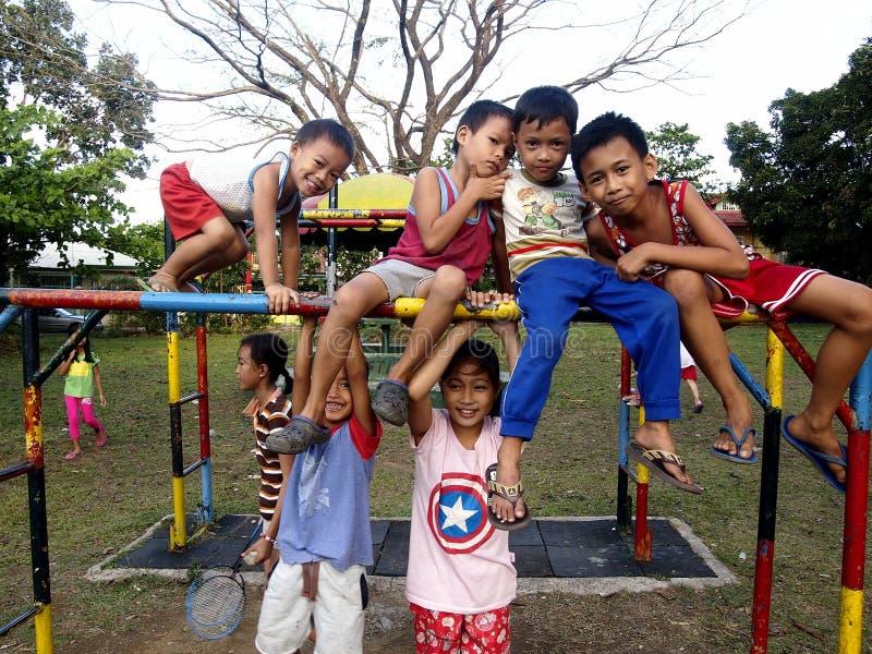 Muchachos jovenes y muchachas que juegan en un patio en la ciudad de Antipolo, Filipinas imágenes de archivo libres de regalías