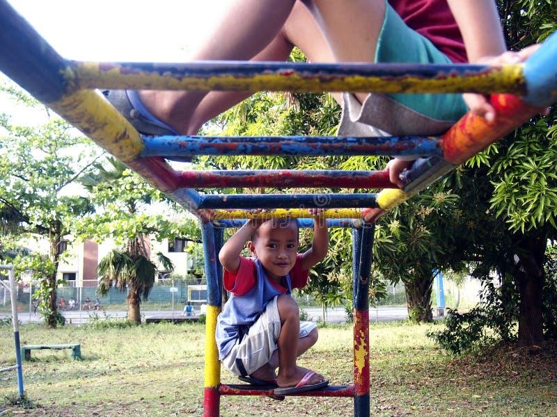Muchachos jovenes y muchachas que juegan en un patio en la ciudad de Antipolo, Filipinas fotos de archivo libres de regalías