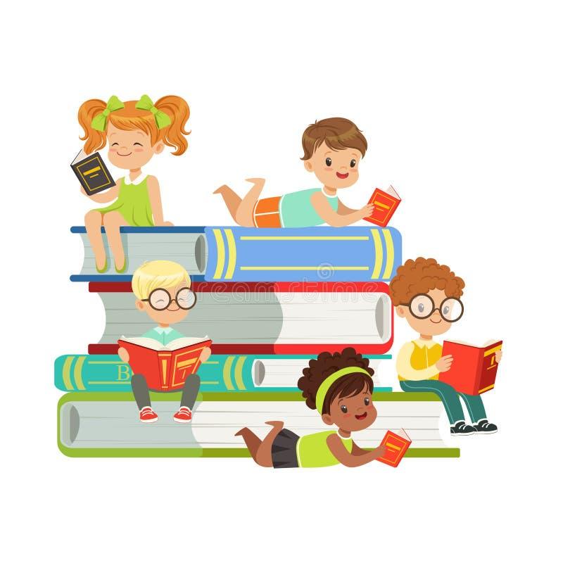 Muchachos lindos y muchachas que se sientan en una pila de libros y de libros de lectura, niños que disfrutan de la lectura, vect ilustración del vector