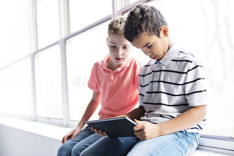 Muchachos o estudiantes con la lección de la escuela de ordenador de la PC de la tableta imagen de archivo libre de regalías