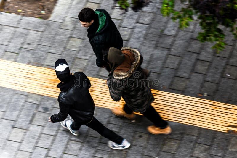 Muchachos que caminan en la ciudad imagenes de archivo