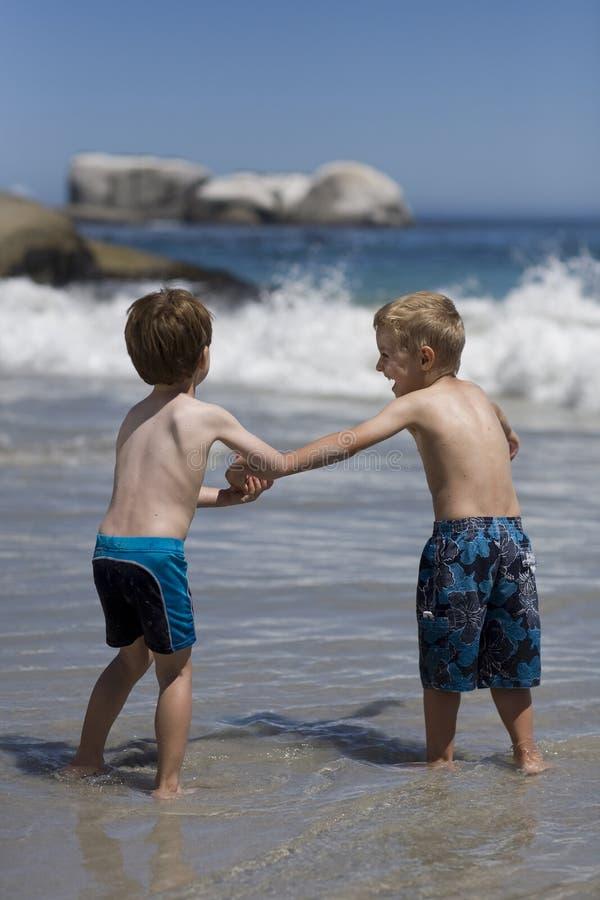Muchachos que juegan en la playa imágenes de archivo libres de regalías