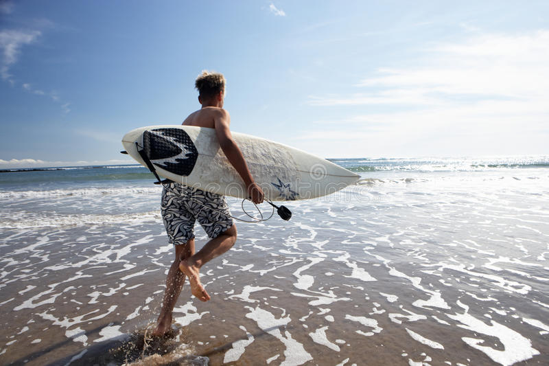 Muchachos que practican surf imagen de archivo