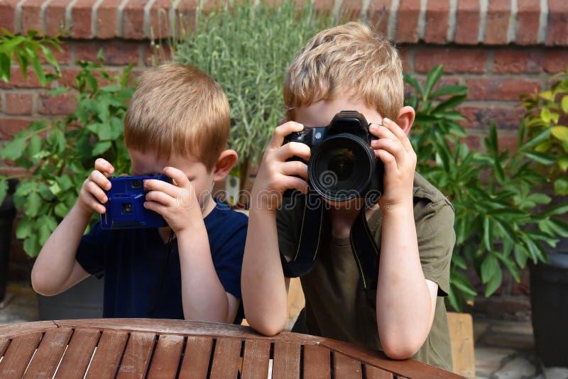 Muchachos que toman las fotos foto de archivo libre de regalías
