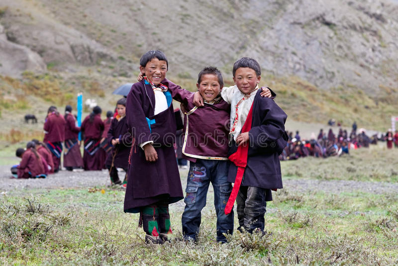 Muchachos tibetanos imagenes de archivo