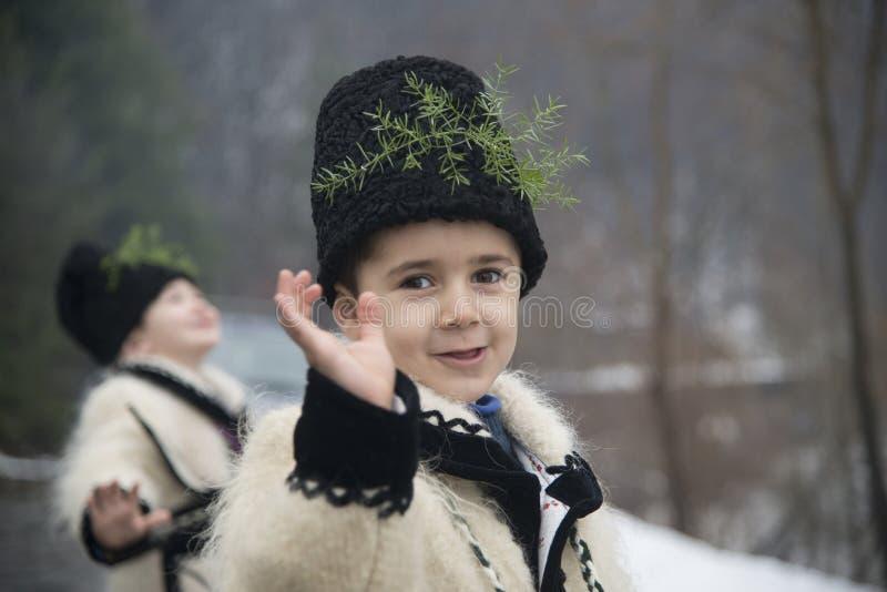 Muchachos vestidos en ropa rumana tradicional del invierno foto de archivo libre de regalías