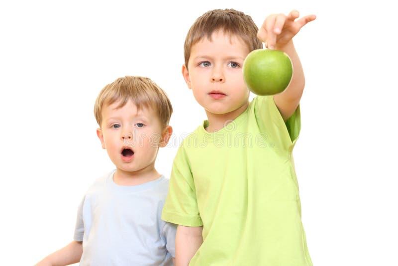 Muchachos y manzana foto de archivo