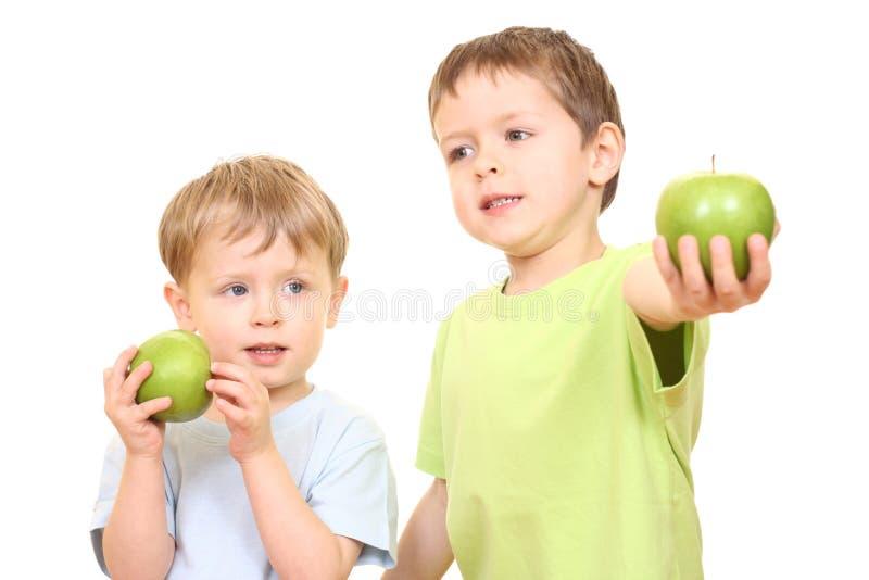 Muchachos y manzanas imagen de archivo