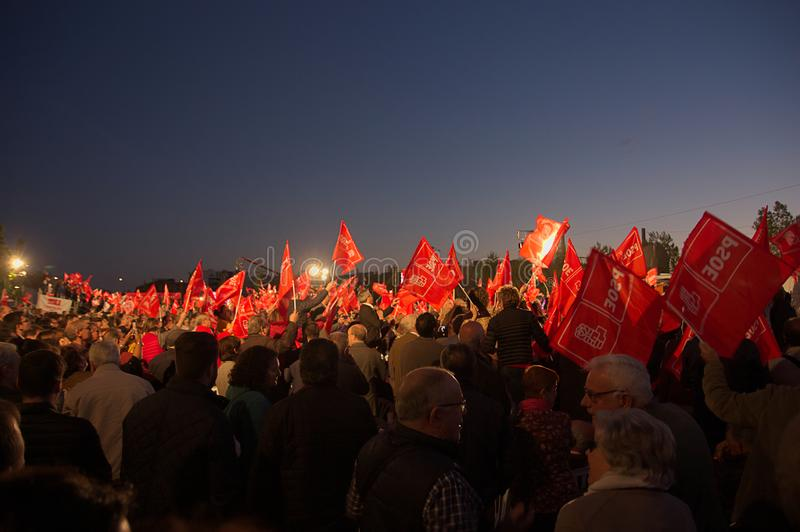 Muchas banderas que agitan durante una reunión del partido obrero socialista español PSOE imagen de archivo libre de regalías