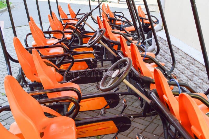 Muchas bicicletas de tracción a las cuatro ruedas anaranjadas de moda de los deportes, tarjetas del ciclo para la reconstrucción  fotografía de archivo libre de regalías