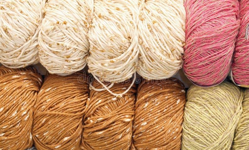 Muchas bolas de las lanas para la venta en los géneros de punto hacen compras fotografía de archivo