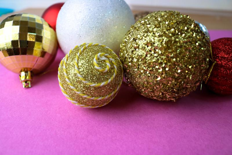 Muchas bolas festivas hermosas decorativas de la Navidad de Navidad de diversa Navidad brillante multicolora, fondo de los juguet fotografía de archivo libre de regalías