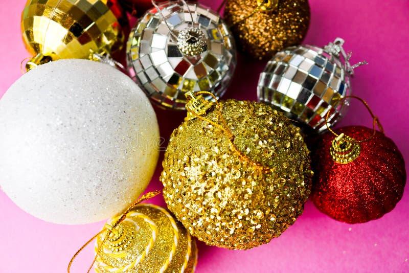 Muchas bolas festivas hermosas decorativas de la Navidad de Navidad de diversa Navidad brillante multicolora, fondo de los juguet foto de archivo