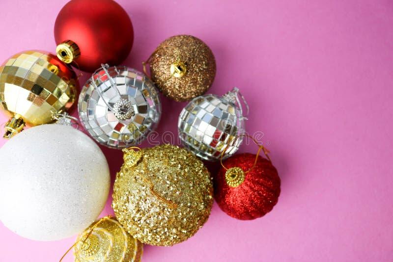 Muchas bolas festivas hermosas decorativas de la Navidad de Navidad de diversa Navidad brillante multicolora, fondo de los juguet fotos de archivo