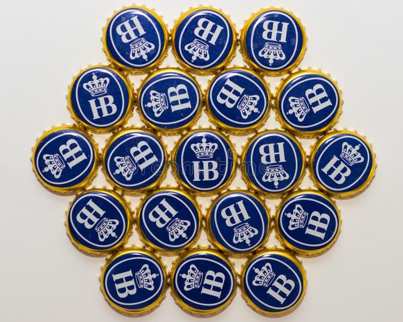 Muchas cápsulas de la cerveza de la cervecería bávara Hofbrau Munich fotografía de archivo libre de regalías