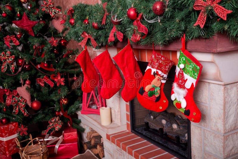 Muchas cajas con los regalos de la Navidad debajo del árbol de navidad imagen de archivo libre de regalías