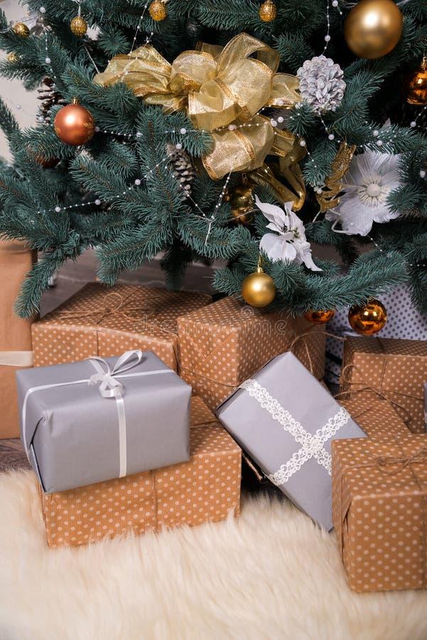 Muchas cajas con los regalos de la Navidad debajo del árbol de navidad imágenes de archivo libres de regalías