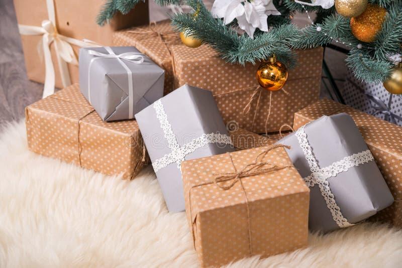Muchas cajas con los regalos de la Navidad debajo del árbol de navidad imagen de archivo
