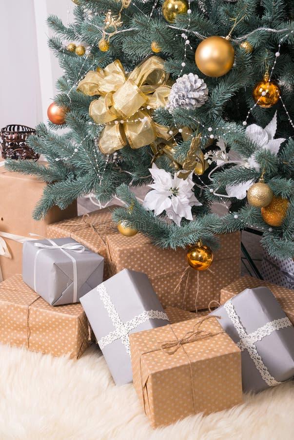 Muchas cajas con los regalos de la Navidad debajo del árbol de navidad imagenes de archivo