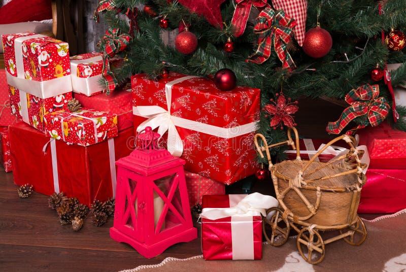 Muchas cajas con los regalos de la Navidad debajo del árbol de navidad foto de archivo