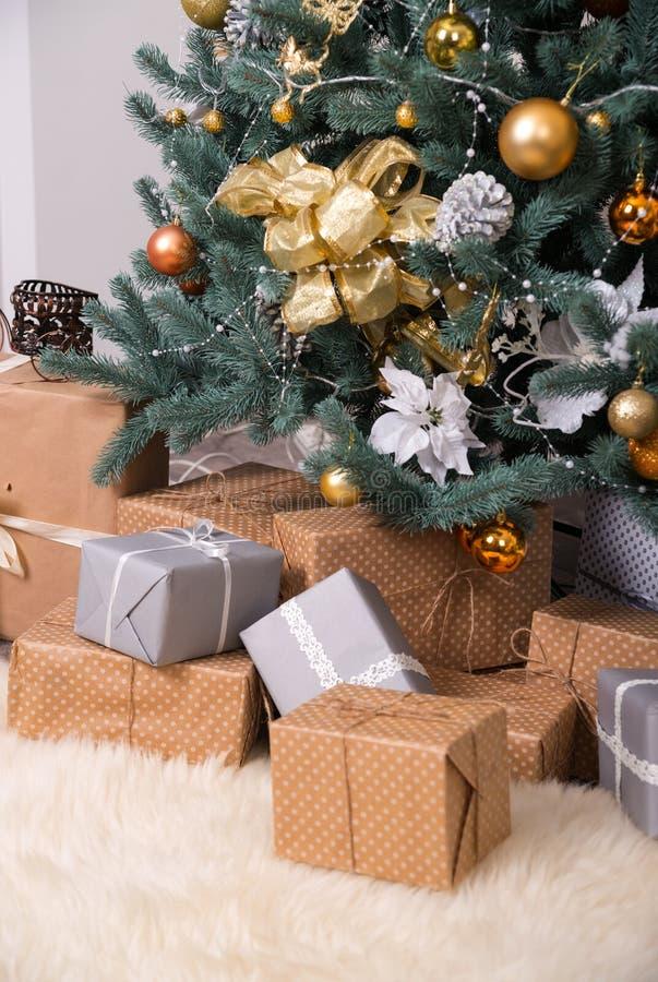Muchas cajas con los regalos debajo del árbol de navidad imagen de archivo libre de regalías