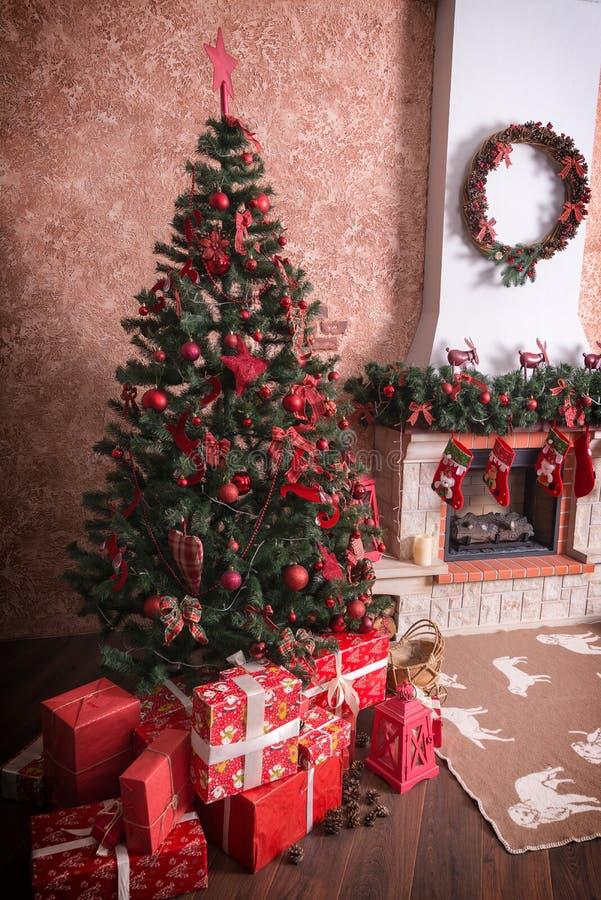 Muchas cajas con los regalos debajo del árbol de navidad imagenes de archivo