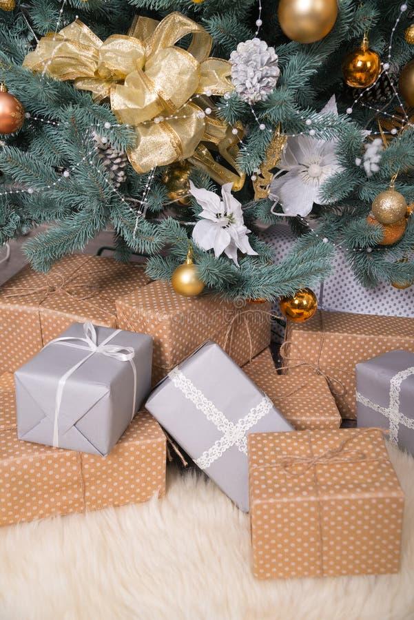 Muchas cajas con los regalos debajo del árbol de navidad fotografía de archivo